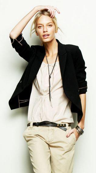 Easy 'cause i'm cool: black blazer, white cotton shirt and chino pants. #Outfit #Look Giacca Nera, camicia morbida bianca e pantaloni chino con cintura in pelle nera