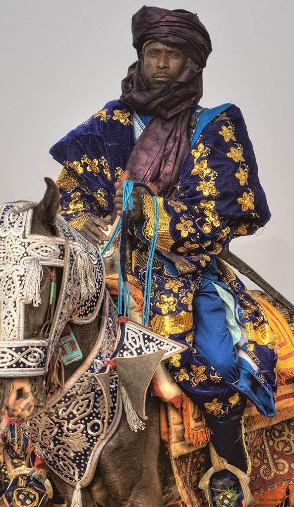 O Hausa é um dos maiores grupos étnicos da África. Possuem uma diversidade mas são culturalmente homogêneos, sua papulação se concentra principalmente nas áreas de Sahel e Sudanian Daura do norte da Nigéria e sudeste do Níger, com números significativos também vivendo em partes de Camarões | Cavaleiro Doiki. Hausa em Durban Argungun de 2009 , Estado de Kebbi , Nigéria | África © Irene Becker.