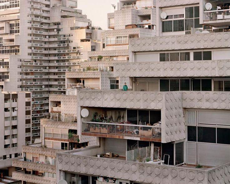 Avec son projetSouvenir d'un futur, débuté en 2011, le photographe françaisLaurent Kronental documenteles bâtiments rétrofuturistes des Grands Ensemb