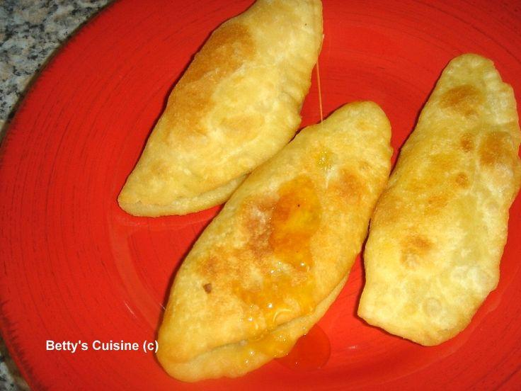 Από τις ωραιότερες νοστιμιές της Κρητικής κουζίνας!!!    Υλικά για το ζυμάρι:     300 γρ. αλεύρι κίτρινο για ζυμωτό ψωμί   200 γρ. αλεύρι ...