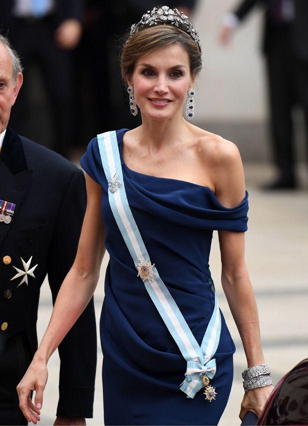 La reina Letizia con la tiara floral, pendientes de zafiros y diamantes y las pulseras Cartier. 13.07.2017