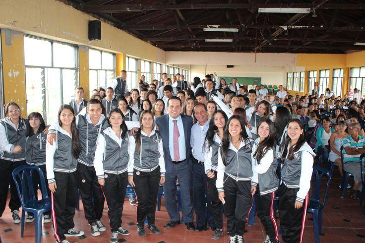 Entrega de chaquetas Prom 2015 a los alumnos de la I.E Concejo Municipal Itagüí