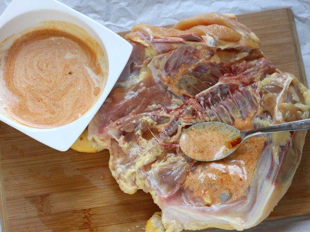 POLLO ALLA GRIGLIA AL CURRY ROSSO 3/5 - Salate un poco il pollo. Praticate qualche taglio nella carne del pollo dalla parte aperta e, senza forare la pelle, distribuite il composto al curry sopra la parte aperta del pollo e tra la carne e la pelle alzando quest'ultima delicatamente.