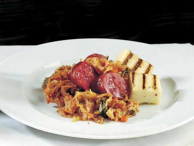 Güveçte+Lahana+Ratatouille+ve+Polenta  Küp+kesilmiş+sebzeleri+20+gram+zeytinyağı+ve+defneyaprağıyla+2-3+dakika+ocaktaki+kaserolde+soteleyin.+4.+ve+5.+dakikada+jülyen+doğradığınız+beyaz+lahanayı+ekleyin.+Kaserolün+kapağını+kapatıp+kısık+ateşte+20+dakika+pişirin.+Domatesler,+çok+az+domates+suyu,+2+kepçe+sebze+suyu,+tuz+ve+karabiberle+tatlandırın.+Jülyen+doğradığınız+yeşil+lahanayı…