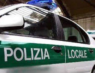 Una rivendita di prodotti alimentari quale copertura per un bar non autorizzato: l'hanno scoperto nei giorni scorsi gli agenti della Polizia locale di Legnano.