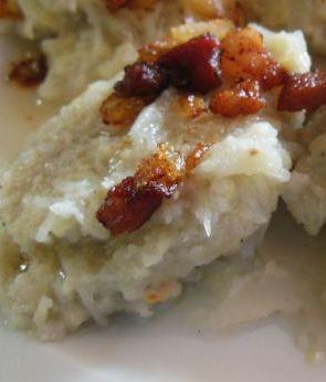 Hałuski są to kluski kładzione, uwielbiane na Podhalu. Przyrządza się je z surowych, startych ziemniaków z dodatkiem mąki i soli. A pod...