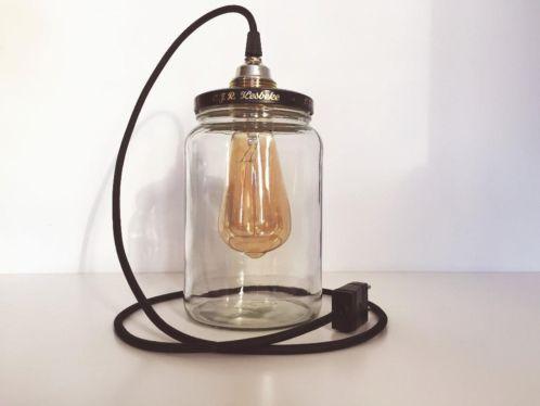 Deze bekende lamp wordt gemaakt van hergebruikte, karakteristieke potten. In verband met de vraag naar de recht toelopende pot , hebben wij deze in ons assortiment opgenomen. De lamp kan worden gebruikt als tafellamp, maar ook als hanglamp (voor het ophangen van de lamp is een extra bevestigingssysteem vereist, niet inbegrepen). Deze versie is 19 centimeter hoog.
