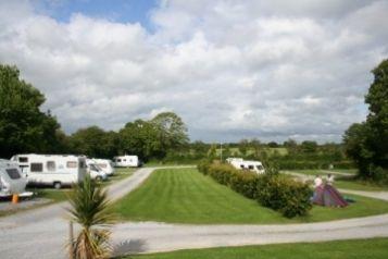 Adare Camping & Caravan Park te Ierland  Camping Cheque - aangepast sanitair - Dit familiebedrijf heet u van harte welkom op de camping. Hier heerst een ontspannen sfeer. Vanaf de camping kunt u fijne dagtochtjes maken. Het park ligt slechts 3 km van het pittoreske dorpje Adare, in een historisch bekende omgeving.