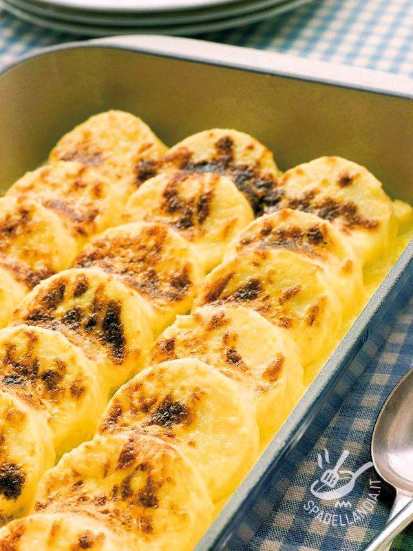 Gli Gnocchi di semolino con fonduta, a differenza degli gnocchi classici, vengono preparati con il semolino e con il latte. Delicatissimi e gustosi!
