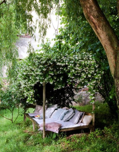 This outdoor reading spaces looks like it belongs in an english garden! Great inspiration for the spring and summer months.