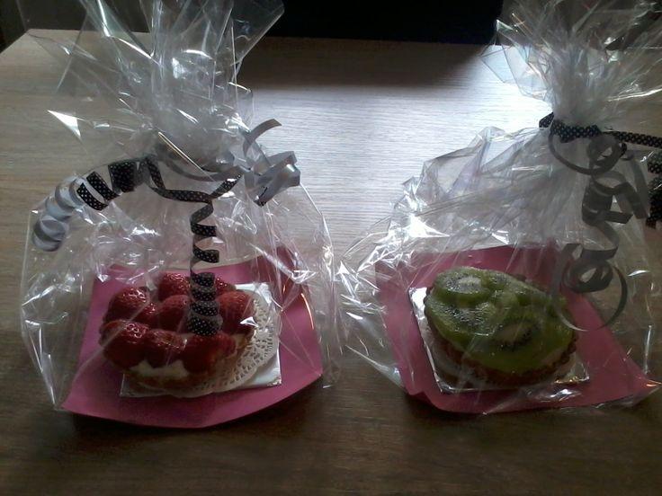 Twee mini fruittaartjes: aardbei en kiwi