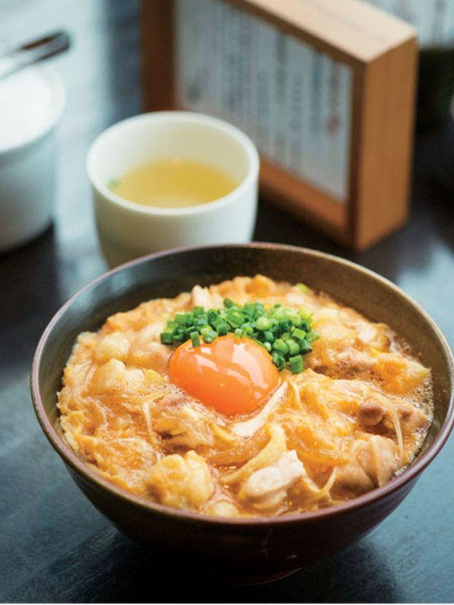 日本三大地鶏のひとつ「名古屋コーチン」のなかでも最高級の純系種のみを使用し、鉄板焼きでギュッと旨みを閉じ込めて供する店。その素材の良さと熟練...