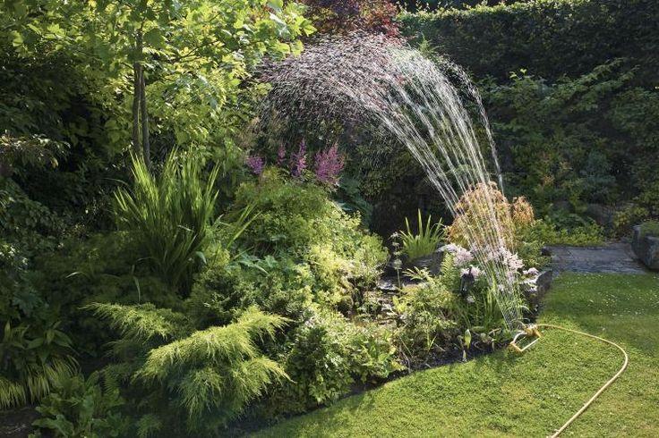 Sommerzeit, Reisezeit. Moment! Und was ist mit der Gartenzeit? Gerade in den Monaten Juni und Juli braucht euer Garten viel Pflege, damit er gut die Durststrecke im August übersteht. Doch welche Pflege braucht er wann? Wir präsentieren: den Gartenkalender! Für euren grünen Daumen. :) #IDFM #Gartengestaltung #gartentipps