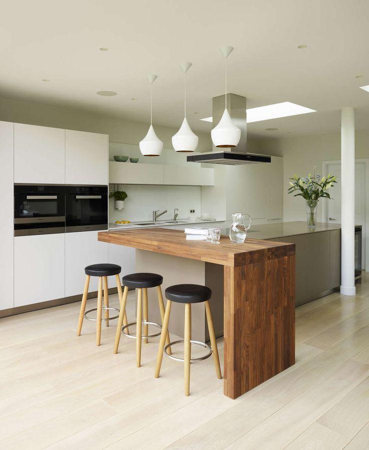 Die bulthaup b3-Möbel von Kitchen Architecture aus Kaolin-Laminat mit Arbeitsflächen aus Edelstahl und Carrara-Marmor sowie eine massive Eichenbar