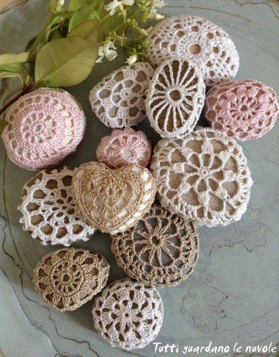 Crochet Covered Stones - free pattern ☂ᙓᖇᗴᔕᗩ ᖇᙓᔕ☂ᙓᘐᘎᓮ http://www.pinterest.com/teretegui