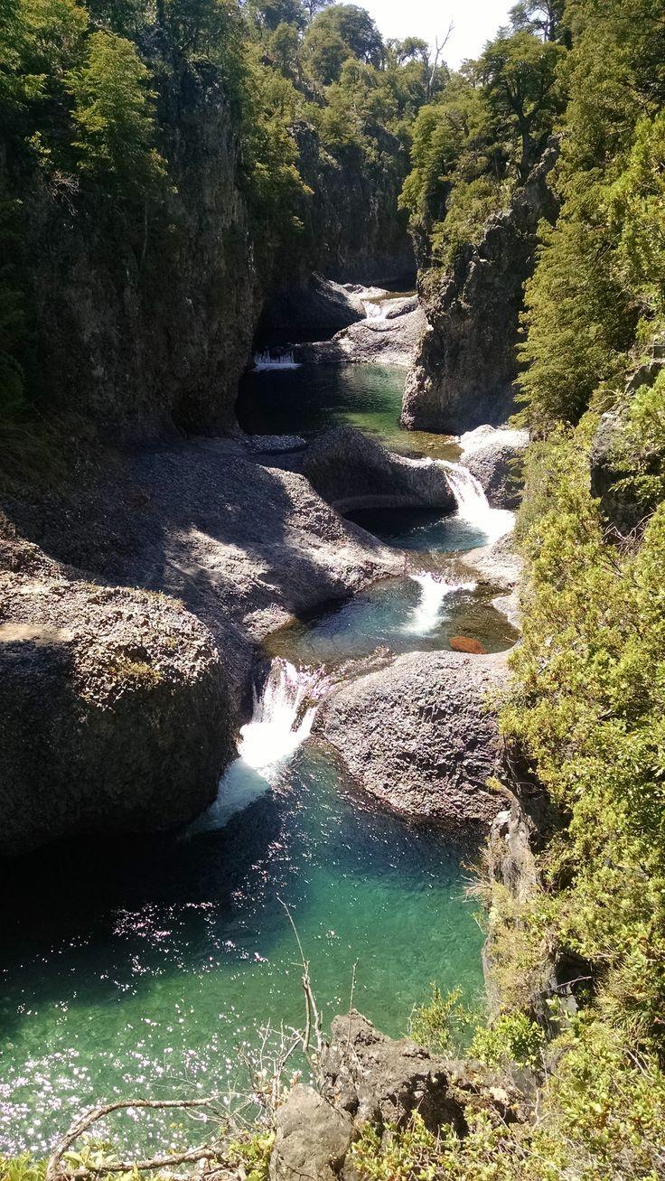 Cinco Tazas, siguiendo el curso del Río Claro, hacia arriba, se encuentran estos pozones, más pequeños que las 7 Tazas, pero no menos bellos. VII Región del Maule, Chile.