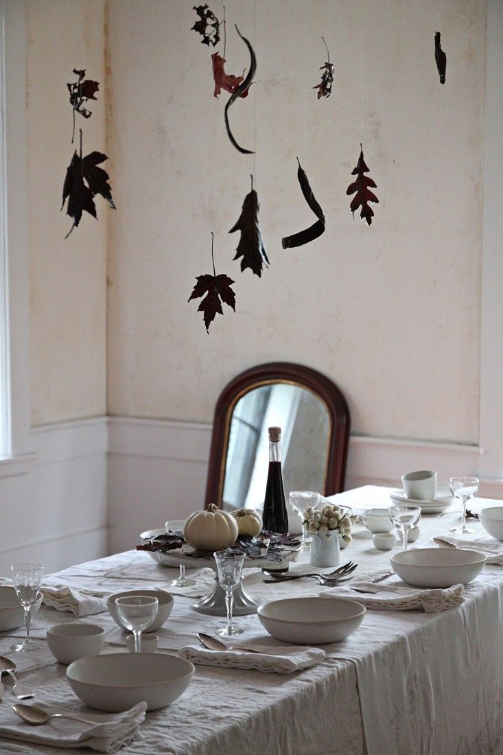 Halloween decorations ideas diy - Diy Spectral Table With Waxed Black Leaves