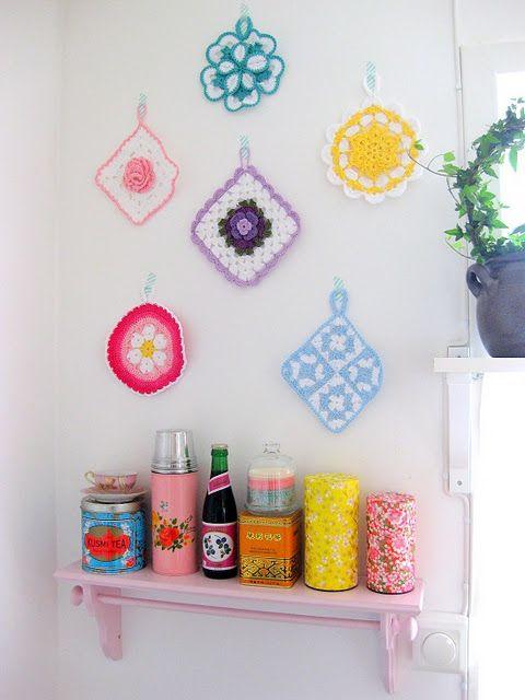 Lovely ideaDisplay Photos, Wall Decor, Wall Spaces, Crochet Potholders, Pots Holders, Stina Ballerinas, Colors Kitchens, Wall Display, Retro Kitchens