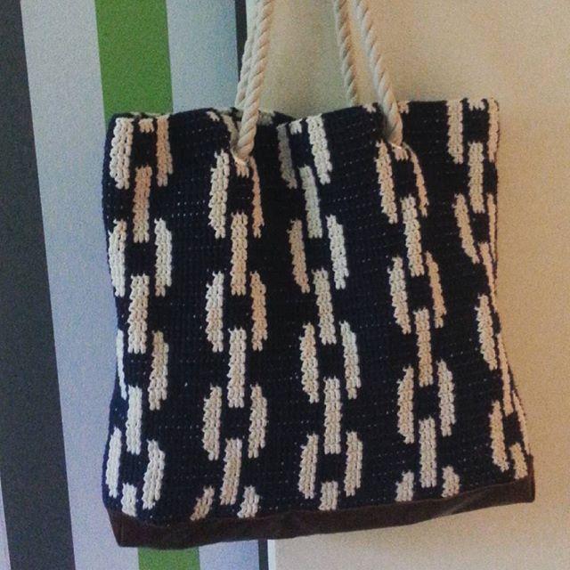 one month of summer left and I have finally got my summer bag done #crochet #virkkaus #virkkuri #вязаниекрючком #mollamills #ясама #diy #moderncrochet #crochetbag