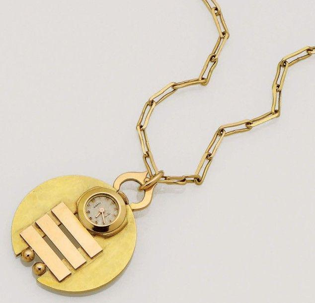 Jean Després  Pendentif Montre formé d'un disque d'or jaune 18K (750/oo) martelé, agrémenté de trois barrettes et de deux boules en or rose 18K (750/oo) lisse, la partie supérieure orné d'une montre ronde de marque SOMY (Suisse) à remontage mécanique (numérotée 5012), manque le verre, la bélière ornée d'une petite boule d'or. Signé à la pointe au dos et poinçon de maître sur la bélière. Il est retenu par une longue chaîne en or jaune 18K (750/oo) à maillons rectangulaires. Poids brut: 46,17…