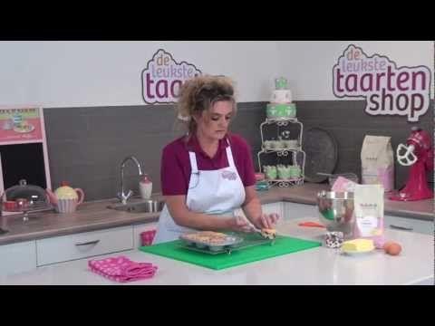 Leer hoe je zelf heerlijke cupcakes maakt, volg onze instructies en bak de perfecte cup cakes, die je kunt decoreren met marsepein of fondant. De cupcakes zijn ook lekker als ze gedecoreerd zijn met een mooie toef botercrème. De cup cake met topping kun je dan weer versieren met leuke decoratie strooisels, suikerparels, suiker figuren of zelf gemaakte decoraties van fondant of marsepein.