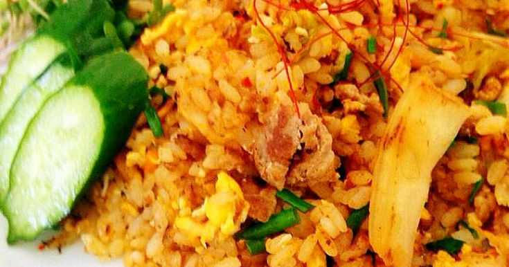 最初にご飯をほぐすので、パラパラ♪いつものうちのキムチチャーハンです。