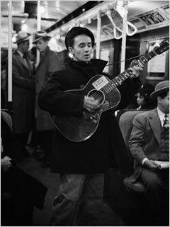 Woody Guthrie in NYC. Woodiy chantant dans le métro de New York