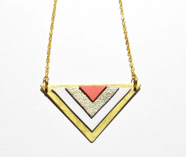 Collier doré graphique cuir blanc, or et corail : Collier par la-fille-a-la-ceinture