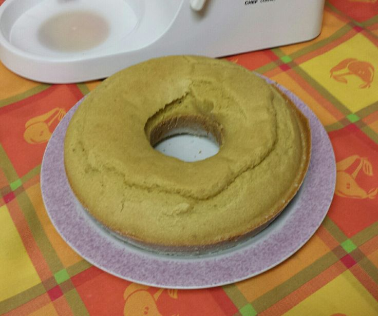 Receita adaptada para farinha sem gluten. Ingredientes: 4 ovos, 1 iogurte sem lactose, 160 gr farinha de arroz, 120 gr farinha de milho, 100 gr de açúcar, 40 gr farinha de amêndoa, 50 ml óleo de sesamo, 1 colher de sopa de fermento sem gluten, 1 colher de chá bicarbonato de sódio, 1 colher de café goma xantana (1 colher de café de linhaça desfeita em água). Raspa de 2 limões. Claras batidas à parte.