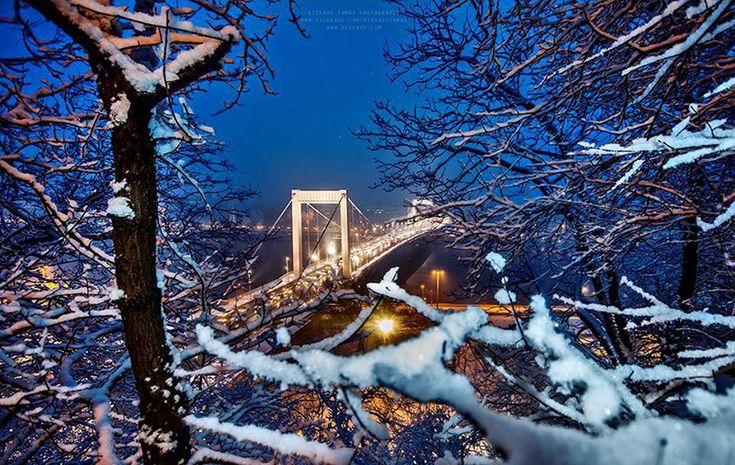 Budapest és az Erzsébet-híd hóesésben