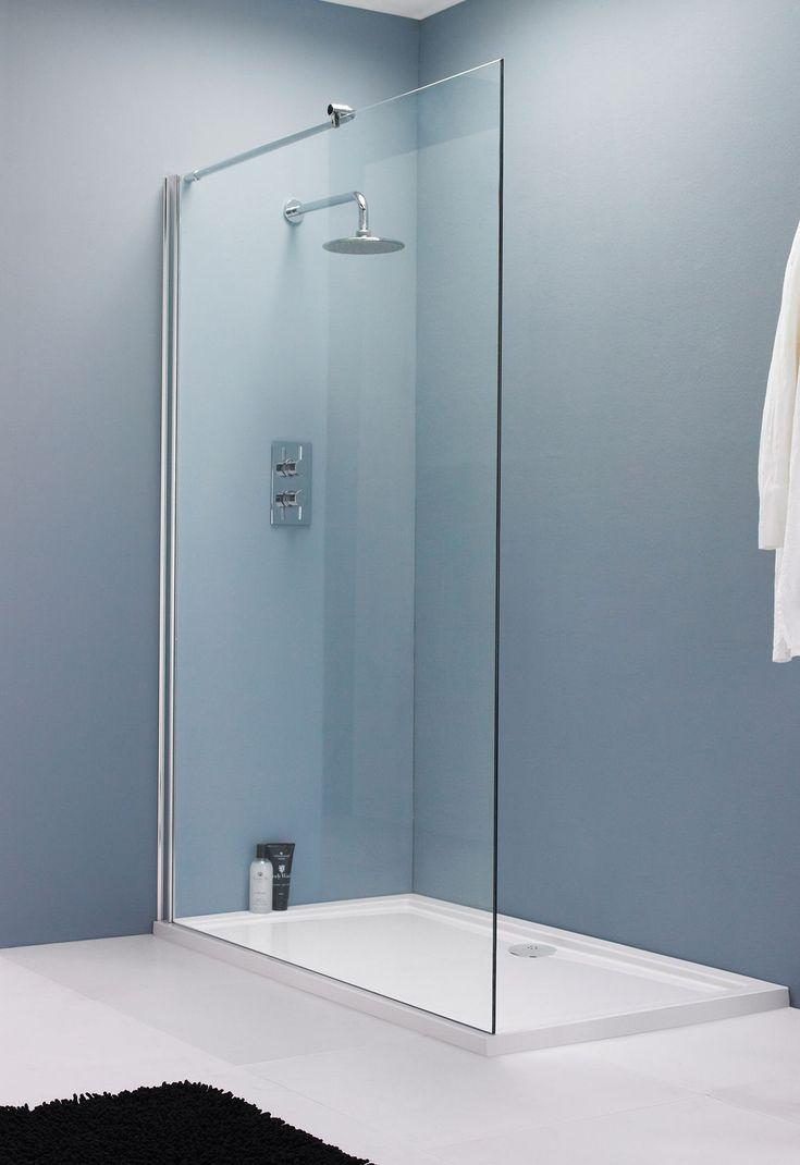 Lichtraum mit Aquamarin-Wandfarbe und hoher Duschglasscheibe auf reinem Boden   – Brandie Carlson