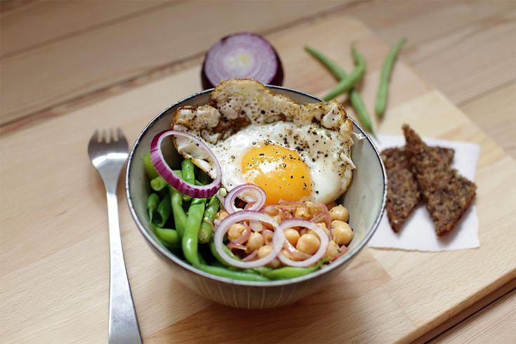 Frokostskål med sennepskikærter, grønne bønner og spejlæg