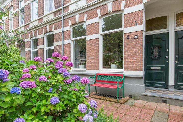 Te koop: Burghardt van den Berghstraat 129, Nijmegen - Gelegen in de geliefde wijk Bottendaal, nabij diverse uitvalswegen, diverse kleine winkels waaronder een supermarkt, openbaar vervoer en het gezellige centrum van Nijmegen ligt deze verrassende benedenwoning. Het appartement zelf beschikt over een ruime woonkamer, een ruime achtertuin en 2 slaapkamers verdeeld over 2 verschillende verdiepingen. Kortom, een instapklare benedenwoning op één van de mooiste plekjes van Nijmegen!