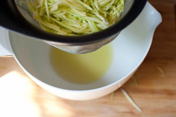How to Make Zucchini Noodles and 10 recipes to use them in! by EveryDay Maven
