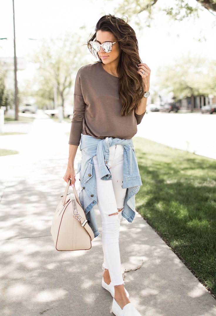 Oversize Pulli, weiße ripped Jeans und Denimjacke