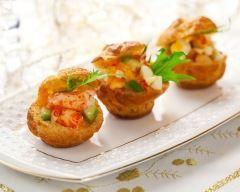 Petits choux fourrés aux crevettes, saumon et avocat : http://www.cuisineaz.com/recettes/petits-choux-fourres-aux-crevettes-saumon-et-avocat-83764.aspx