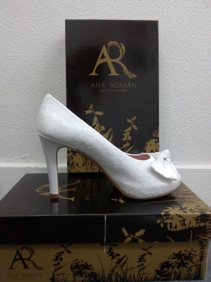 ANA ROMÁN. Zapato estilo peep toe de encaje con detalle de lazo. Tacón 10´5cm, plataforma 2cm