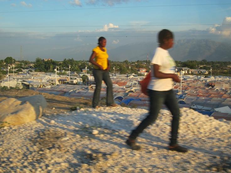 Casi tres años después del terremoto, casi 400.000 personas viven aún en campos de refugiados que pueblan manzanas enteras de Puerto Príncipe. El Gobierno ha lanzado un plan para tratar de recolocar a estos desplazados en casa fuera de la capital.