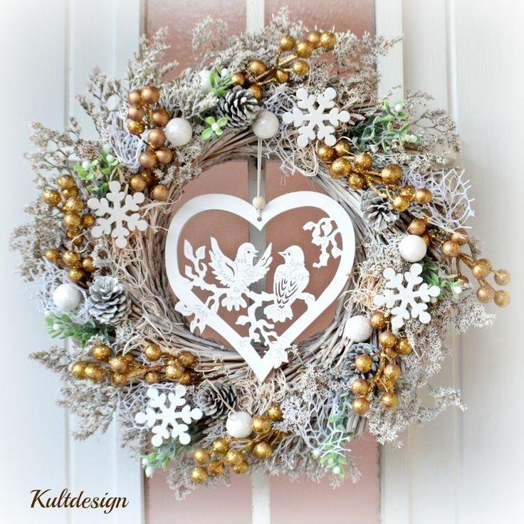 Vánoční+věnec+Zlatá+láska+s+LED+osvětlením+Vánoční+věnec+v+bílozlaté+s+jemným+dřevěným+srdcem.+Výhodou+tohoto+věnce+je+možnost+využití+po+více+sezón,+rozhodně+vám+nezvadne+ani+neopadá.+Vhodný+do+interiéru+i+exteriéru.+Průměr:+32+cm+V+ceně+je+věnec+a+LED+osvětlení+na+baterie,+baterie+nejsou+součástí+výrobku.