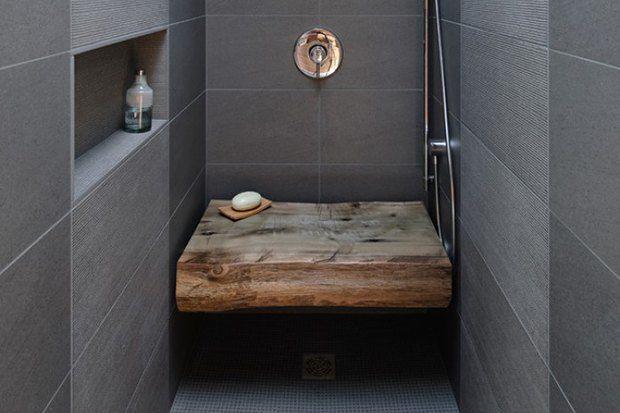 Два душа в ванной и скамеечка