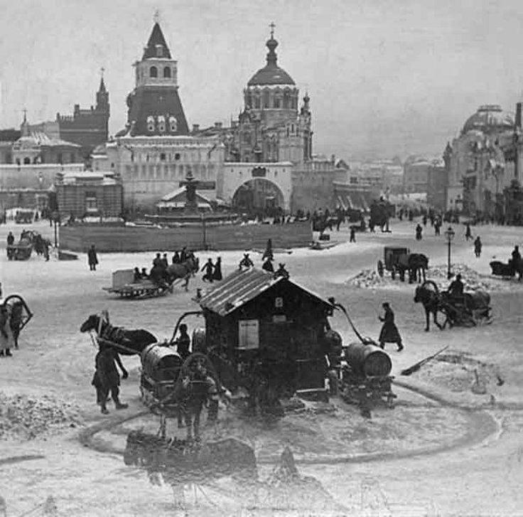 Фонтан в центре Лубянской площади был водоразборным. Извозчики поили из него своих лошадей за копейку ведро. Конец 1890-х