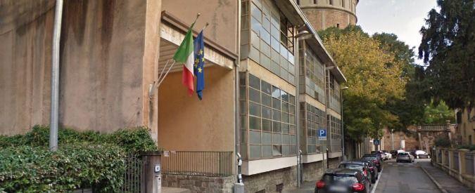 Padova le maestre sentono gli scricchiolii e fanno uscire gli alunni. Il crollo del soffitto non causa feriti - Il Fatto Quotidiano