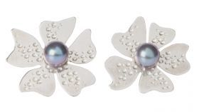 Earings Anemone Earings Anemone are inspired by the anemone's flower. In silver and fresh water pearls of various colours and dimension. Post and butterfly clasp.