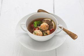 Un piatto caldo e delicato, con il sapore buono del mare. Prova le polpettine di triglia e branzino in brodo vegetale seguendo la ricetta di Sale&Pepe.