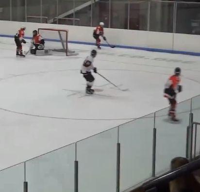 Bonita manera de esquivar: ¡un jugador de hockey sobre hielo evita sin querer la carga de un adversario que viene a aplastarlo contra el cristal! #hockey #esquivar #cristal http://www.pandabuzz.com/es/video-del-dia/esquiva-jugador-hockey