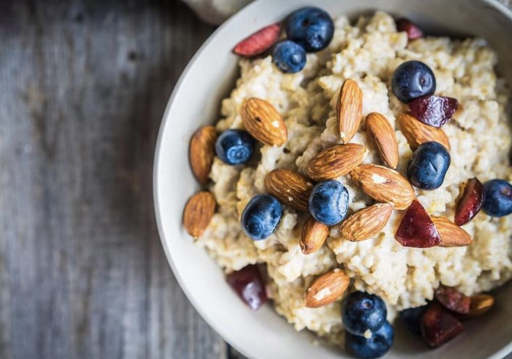 Keeping food interesting and varied as well as delicious and great for health😋Porridge is such a simple breakfast and throwing on top nuts, seeds and fruits adds extra protein and nutritional density. This breakfast is particularly great for heart health ❤️ The soluble fibre beta-glucan in oats lowers cholesterol in the digestive tract. Blueberries are packed full of the flavonoid compounds anthocyanins that can stimulate nitric oxide release leading to a lowering of blood pressure.