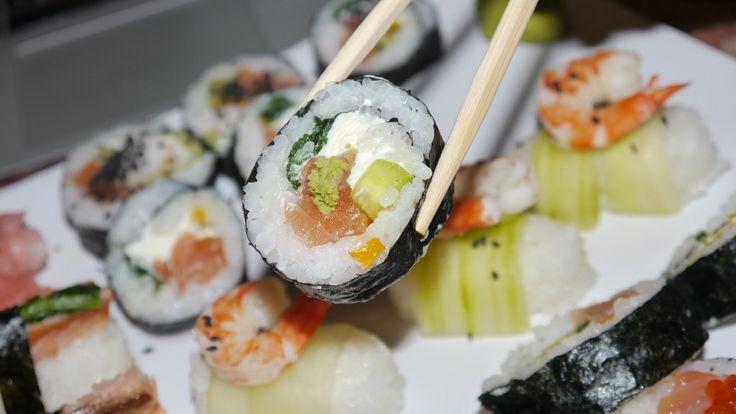 Wokół sushi narosło wiele mitów i niezrozumiałych skojarzeń. Podobno jest to drogie danie, podobno ekskluzywne, podobno ciężko zrobić dobre sushi i podobno jest to ulubiona potrawa lanserów. No, to polansujmy się dziś i zróbmy kolację. Sushi dla ubogich Nikt przy zdrowych zmysłach nie porówna dziś lokali z sushi z fast foodami, ale de facto niewiele…