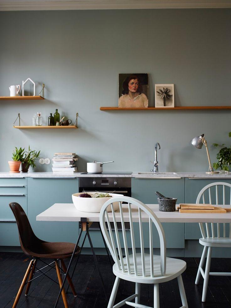 Kjøkken med fronter og vegg i samme tone. Vegg i Soft Mint (7555) og fronter i Minty Breeze (7163). Frontene er malt i Lady Supreme Finish med litt høyere glansgrad enn veggen, som er malt i matt Lady Balance. Skaper en fin glanskontrast!