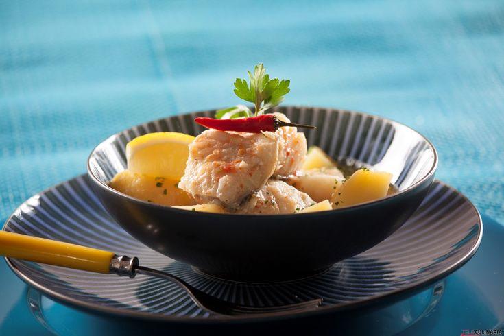 Gesmoorde vis (bacalhau e batatas em molho de tomate picante)