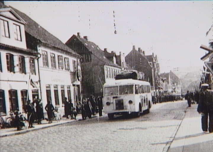 Bernadotte-aktionen. Svensk Røde Kors bus kører gennem Haderslev i april 1945 med befriede fanger fra tyske koncentrationslejre på vej til Sverige  Tidsperiode og årstal Datering:apr-45 - See more at: http://samlinger.natmus.dk/FHM/26442#sthash.jlspIUiI.dpuf